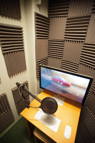 Table with screen, microphone keyboard and mouse in the vocal booth